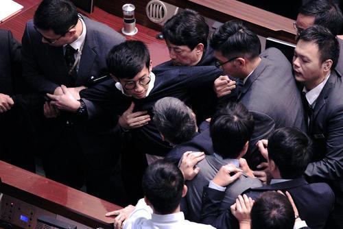 ممانعت از ادای سوگند دو نماینده پارلمان جدید هنگ کنگ به دلیل پرونده قضایی
