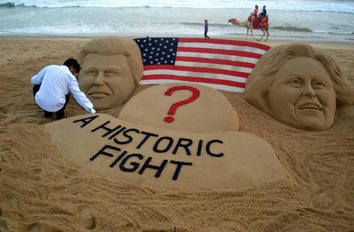 مجسمه شنی نامزدهای اصلی انتخابات ریاست جمهوری آمریکا بر ساحل شهر اوریسا در بوبانسوار هند