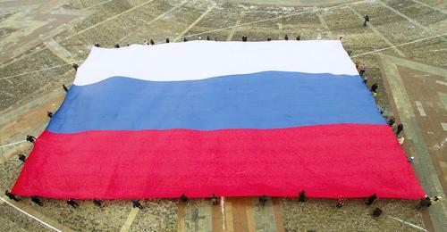 باز کردن پرچم 960 متر مربعی روسیه در پارک پیروزی در مسکو