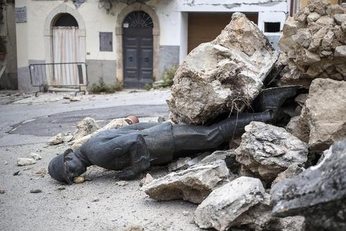 افتادن مجسمه سرباز گمنام بر اثر زلزله در شهر نورجیا ایتالیا