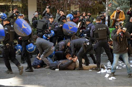 دستگیری شهروندان معترض به بازداشت 12 تن از نمایندگان حزب کردی دموکراتیک خلق ها در ترکیه – آنکارا