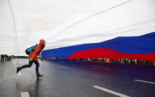عبور از زیر پرچم بزرگ روسیه در جریان جشن روز وحدت روسیه در خیابان ورسکایا مسکو