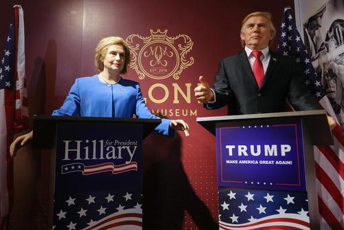 مجسمه های مومی هیلاری کلینتون و دونالد ترامپ در موزه مجسمه های مومی لهستان در شهر کراکف