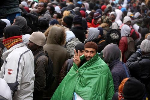 تظاهرات هزاران نفر از اسلامگرایان اندونزی در شهر جارکارتا علیه فرماندار این شهر . اتهام فرماندار جاکارتا ایراد اظهارات توهین آمیز علیه قرآن است