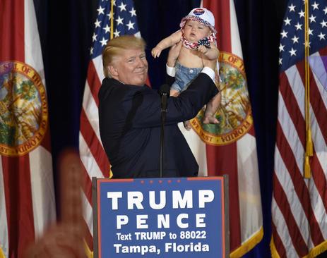 دونالد ترامپ در سخنرانی خود در جمع حامیانش در تامپا فلوریدا یک نوزاد 6 ماهه را در آغوش کشید