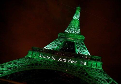 در پی اجرایی شدن قرارداد پاریس درباره کاهش گرمایش کره زمین، برج ایفل به رنگ سبز نورآمیزی شد