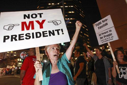 تظاهرات در شهرهای بزرگ و دموکرات نشین آمریکا علیه پیروزی دونالد ترامپ در انتخابات ریاست جمهوری