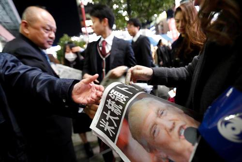 توزیع ویژه نامه نتایج انتخابات آمریکا از سوی برخی روزنامه های ژاپنی – توکیو
