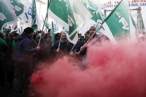 اعتراض کارگران و کارمندان به قراردادهای کار در شهر رم ایتالیا