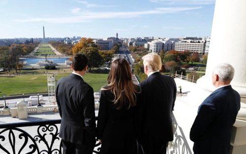 پل رایان رییس جمهوریخواه مجلس نمایندگان آمریکا در حال نشان دادن منظره بالکن ساختمان کنگره آمریکا به دونالد ترامپ و همسر و معاونش – ساختمان کنگره آمریکا در واشنگتن