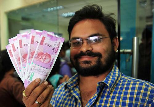 دریافت اسکناس های جدید 500 و 1000 روپیه ای از بانک های هند- الله آباد