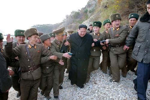 کیم جونگ اون رهبر کره شمالی در حال بازدید از یک مرکز نظامی این کشور