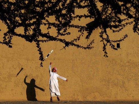 نوجوان اماراتی در حال تمرین یک رقص سنتی در جریان جشنواره ای در العین در حومه شهر ابوظبی