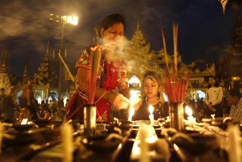 روشن کردن شمع در جریان یک جشنواره آیینی در میانمار- یانگون