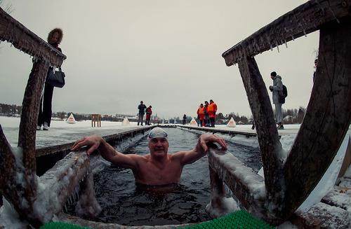 جشنواره شنا در آب یخ در سن پترز بورگ روسیه