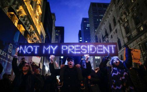 ادامه تظاهرات مخالفان ترامپ در مقابل برج او در منهتن نیویورک