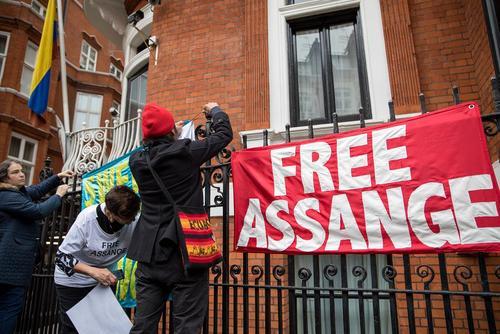 پارچه نوشته های حامیان جولیان آسانژ مدیر وب سایت جنجالی و افشاگر ویکی لیکس در بیرون سفارت اکوادور در لندن