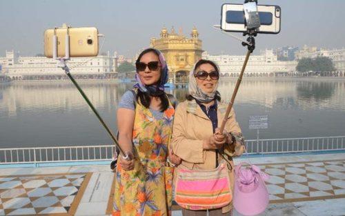 سلفی گرفتن دو توریست چینی در مقابل معبد طلایی در آمریتسار هند