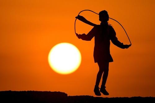 طناب بازی دختر بچه کویتی در مقابل پدیده