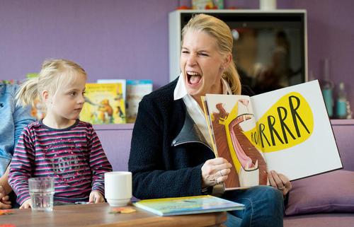 خواندن کتاب برای کودکان بیمار در بیمارستان کودکان هامبورگ