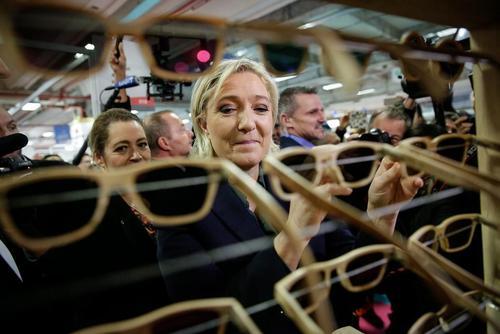 مارین لوپن رهبر حزب دست راستی جبهه ملی فرانسه و یکی از نامزدهای مطرح انتخابات ریاست جمهوری سال 2017 این کشور در نمایشگاه محصولات تولیدی فرانسه در پاریس