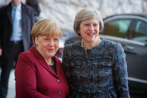 استقبال صدر اعظم آلمان از همتای بریتانیایی که برای شرکت در نشست رهبران 5 کشور بزرگ اروپایی با رییس جمهور آمریکا به برلین سفر کرده است