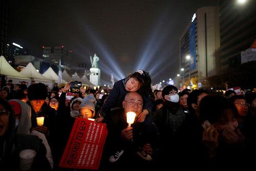تظاهرات شبانه علیه رییس جمهوری کره جنوبی در یکی از میادین اصلی شهر سئول
