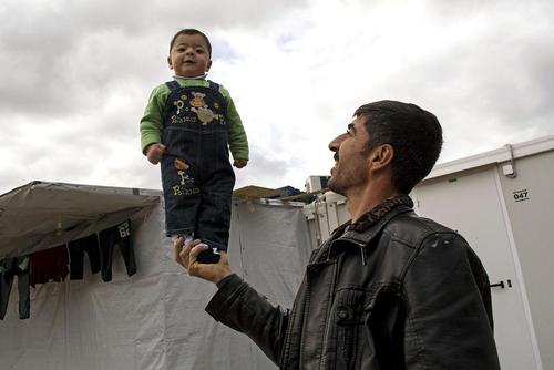 بازی پدر با پسر بچه خردسالش در یک اردوگاه پناهجویان در یونان
