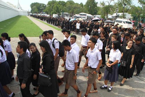 صف مردم تایلند برای وداع با پیکر پادشاه فقید در کاخ سلطنتی در بانکوک