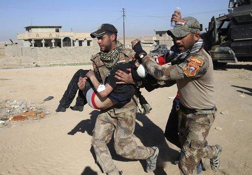 انتقال یک نوجوان زخمی از جنگ در اطراف شهر موصل