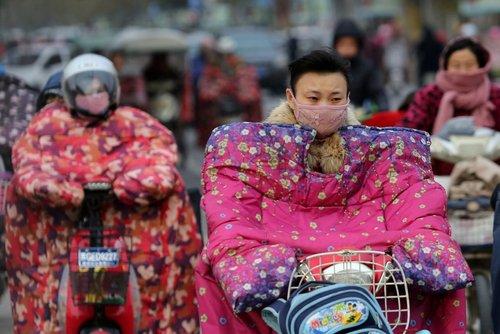 لباس های مخصوص موتور و دوچرخه سواری در سرما و باد شدید شهر جیانگسو چین