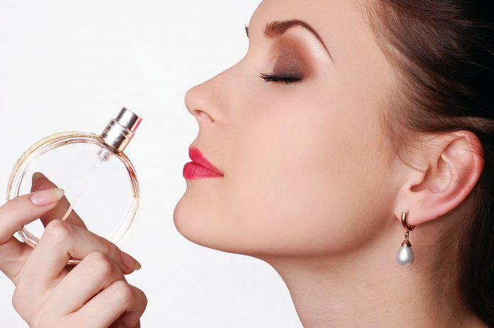 روش استفاده صحیح از عطر زنانه