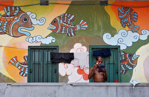 اصلاح صورت در بالکن خانه – کلکته هند