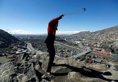 نوجوان افغان روی تپه ای مشرف به شهر کابل
