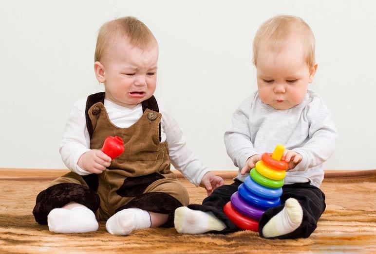 توصیه هایی برای جلوگیری از حسادت کودک اول به خواهر و برادرش