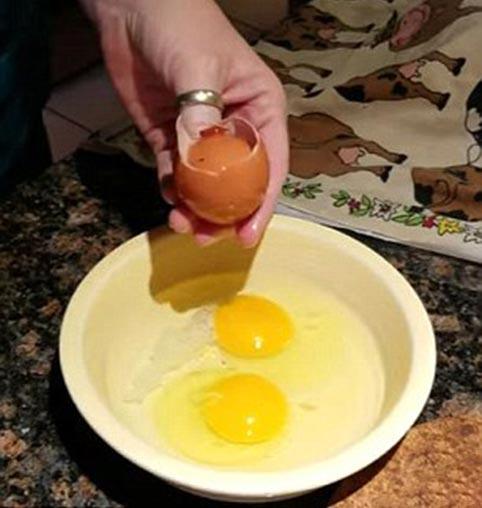 تخم مرغی که از داخل تخم مرغی دیگر بیرون آمد + تصاویر