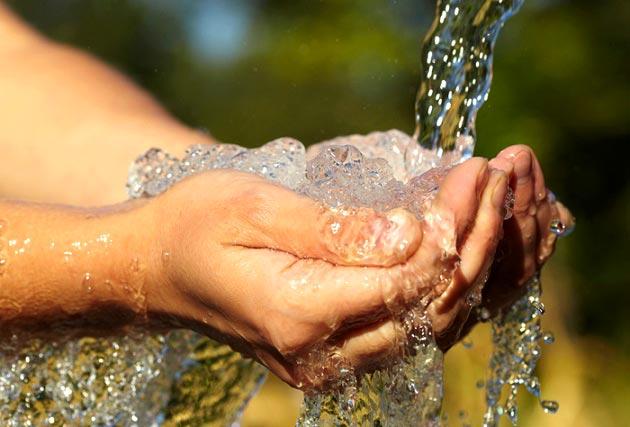 آيا اسراف آب در وضو باعث باطل شدن آن مى شود؟