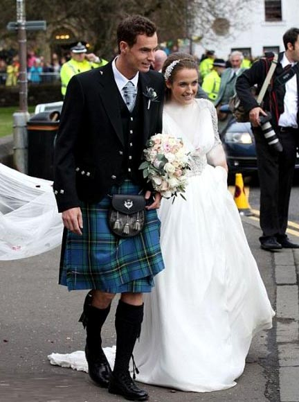 ازدواج ورزشکار معروف با لباس دامادی عجیب! + عکس