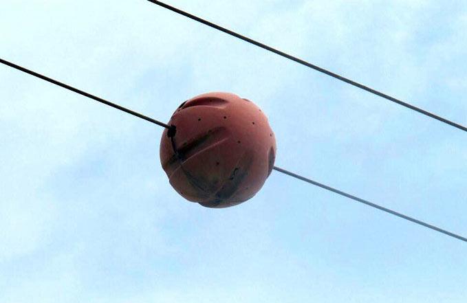 دلیل استفاده از توپ قرمز روی سیم برق چیست؟