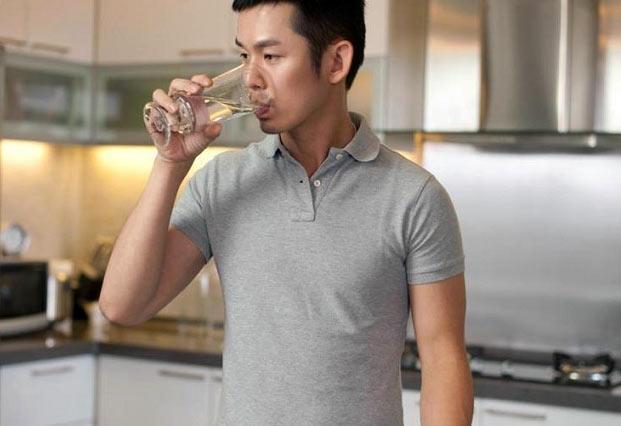 خطرات ایستاده آب خوردن