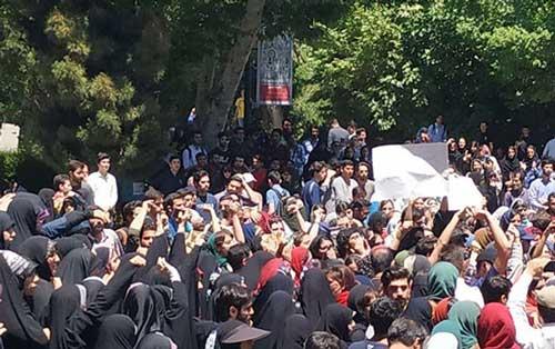 تجمع دانشجویان در دانشگاه تهران