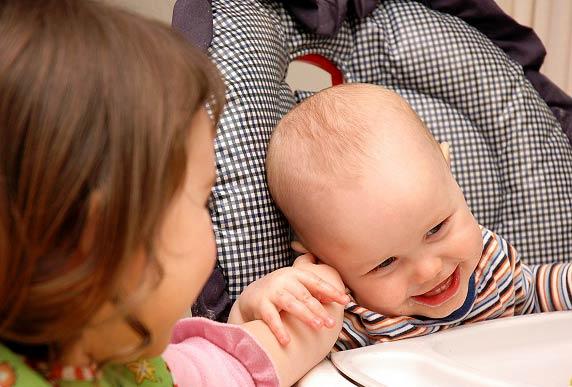 چرا قلقلک دادن بچه ها خطرناک است؟
