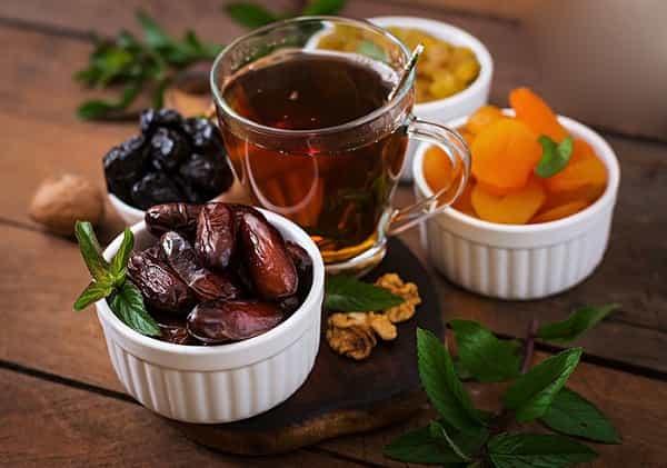 آیا خوردن توت و خرما با چای مضر است یا مفید؟