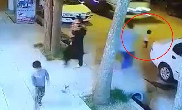 اقدام سریع و فوق العاده فروشنده برای نجات یک کودک